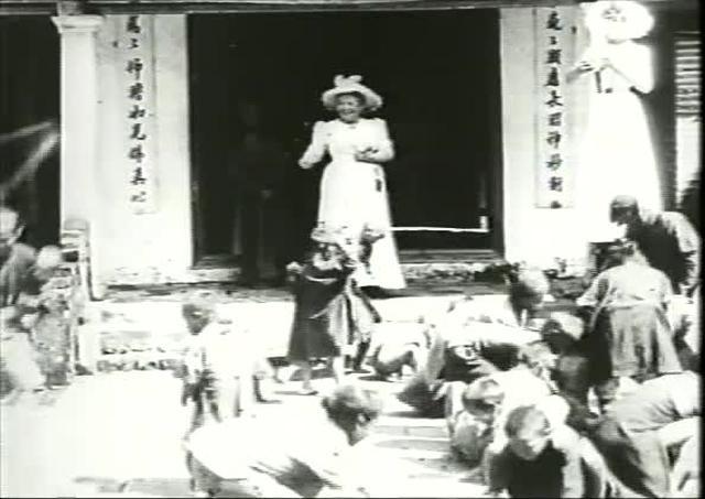 Indochine: Enfants annamites ramassant des sepeques devant la Pagode des dames (189?) - Lumière film #1274